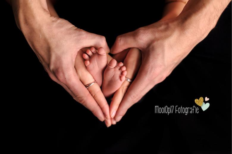 Newborn Reza handen